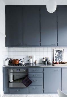 25 Awesome Kitchen Hacks That'll Make You a Better Cook Kitchen Time, Kitchen Dining, Kitchen Cabinets, Modern Retro Kitchen, Kitchen Colors, Interior Design Inspiration, Kitchen Interior, Dining Area, Home Kitchens
