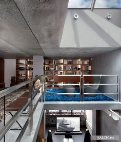Библиотека находится на третьем уровне.  Корпусная мебель изготовлена по эскизам архитектора на фабрике White Кресло Grande Papilio, дизайнер Наото Фукасава, B Italia. Скамьи, Maxalto. Ковры, Tisca Italia