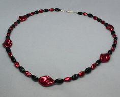 Diese wunderschöne und edle Halskette ist in den Farben schwarz und rot gehalten. Es handelt sich um selbstgemachten Perlenschmuck, ein absolutes Unikat!