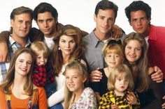 """It's official –""""Full House"""" will return to television for a sequel on Netflix in the streaming service confirmed. John Stamos, who played Uncle Jesse on the popular family sitcom, broke the news Monday night on """"Jimmy Kimmel Live! Tio Jesse, Uncle Jesse, John Stamos, Full House Theme Song, It Movie Cast, It Cast, Full House Characters, Teaser, Full House Cast"""