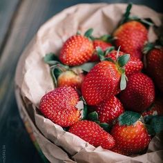 Simply delicious What's your go to berry? Strawberry Benefits, Strawberry Fruit, Strawberries, Strawberry Smoothie, Real Food Recipes, Healthy Recipes, Fruit Photography, Summer Photography, Fruits And Veggies