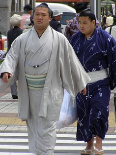 Sumo wrestlers arriving for a sumo tournament at Ryogoku, Tokyo Japanese History, Japanese Culture, Japanese Wrestling, Japanese Lifestyle, Sumo Wrestler, All About Japan, Culture Art, Japanese Travel, Sports Today