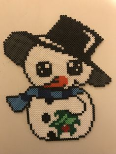 Snemand med stor hat Christmas Perler Beads, Felt Christmas Ornaments, Christmas Cross, Hama Beads, Hamma Beads Ideas, Pearler Bead Patterns, Iron Beads, Beaded Crafts, Plastic Canvas Patterns