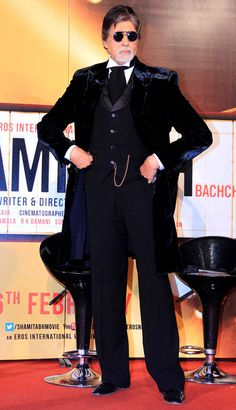 Amitabh Bachchan looking debonair in his suit at the trailer launch of 'Shamitabh'. Bollywood Stars, Bollywood Fashion, Online Lottery, Vintage Bollywood, Amitabh Bachchan, Upcoming Films, Asian Celebrities, Latest Pics, Mens Clothing Styles