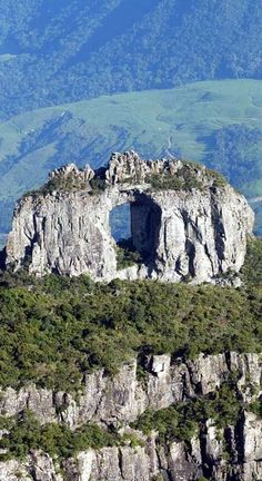 Pedra furada. Localizada no Morro da Igreja no Parque Nacional de Aparados da Serra Geral, estado de Santa Catarina, Brasil.
