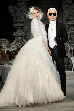 Karl Lagerfeld with the closing model at the Chanel Fall 2012 Haute Couture runway show in Paris, France Chanel Couture, Haute Couture Paris, Couture Mode, Style Couture, Couture Fashion, Fashion Show, Fashion Design, Chanel Runway, Chanel Vintage