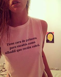 Tiene cara de princesa pero escabia como albañil que recién cobro Memes, Diy Clothes, Funny Shirts, Tiffany, T Shirts For Women, Humor, My Love, Business, Celebrities