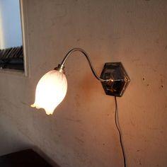 アンティークのウォールランプ|小さな可愛らしいガラスシェードが素敵なウォールランプです!フレームはモダンにもアンティークにも合うクロム。ウォールランプでもデスクランプでもどちらでも使えます!小さなランプなのでちょっと壁にもう少し・・・というところを素敵にデコレーションするのにもおススメですね。