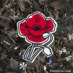 POPPY BROOCH - BROCHE AMAPOLA Ponte esta flor en el ojal y llévala a una cita a ciegas, a una boda o a tus vacaciones de verano.