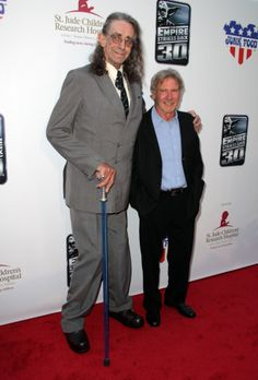 """Peter Mayhew, the actor who plays Chewbacca in the """"Star Wars"""" films, had his lightsaber-styled cane confiscated by the TSA at the airport as he traveled home from the Denver Comic-Con. Star Wars Film, Star Wars Cast, Star Trek, Chewbacca, Peter Mayhew, Carrie Fisher, Cuadros Star Wars, Alec Guinness, Star Wars Images"""