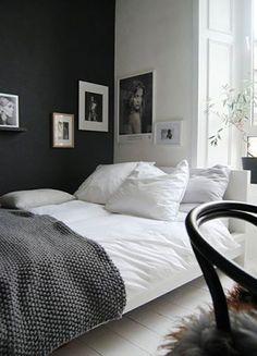 Nastrojowy pomysł na małą sypialnię! Przytulne wnętrze oparte na kontraście.