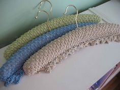 Lace covered padded hangers Padded Coat Hangers, Diy Clothes Hangers, Diy Hangers, Wooden Hangers, Crochet Edging Patterns, Crochet Squares, Knitting Patterns, Knitting Ideas, Crochet Coat