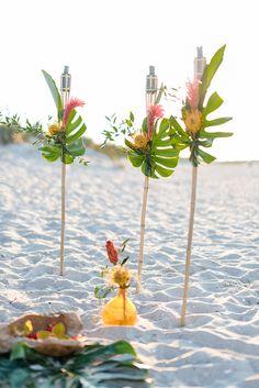Hochzeitsdeko Hawaii | Friedatheres.com beach wedding Fotos: Sandra Hützen Kleid: Rue De Seine via Seeweiss Blumen/Deko: Rosige Zeiten Gebäcke: Gretarmarlene