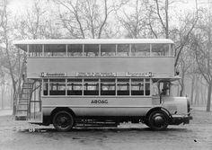 Doppeldecker-Omnibus der ABOAG (50 Sitzplätze und 10 Stehplätze, Oberdeck geschlossen, Gesamthöhe 4,15 m) im Einsatz auf der Linie 2 (Alexanderplatz – Grunewald) in Berlin.  Foto, 1934.