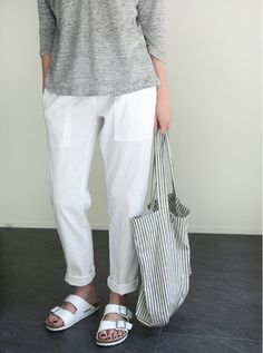 How to wear birkenstock casual minimal chic ideas Without any doubt, it is extremely Minimal Chic, Minimal Fashion, Mode Style, Style Me, Street Mode, Paris Street, Linen Pants Outfit, White Pants Outfit, Moda Fashion