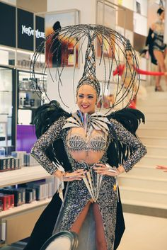 The Lido, the famous Paris cabaret, welcomes you to a luxurious setting in the very heart of Paris for an exceptional dinner show. Cabaret, Lido De Paris, Futuristic Costume, Carnival Dancers, Tight Skirts, Vegas Style, Glamour, Girl Dancing, Dressed To Kill