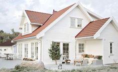 La deg inspirere av den flotte hytta til søstrene Engebretsen, som feirer julen i Tønsberg. White Exterior Houses, House Paint Exterior, Dream House Exterior, Exterior House Colors, Future House, Red Roof House, Norwegian House, House Paint Color Combination, Design Exterior