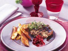 Älgfärsbiffar med klyftpotatis och pepparrotslingon/Moose mince beef with potatoe and horseradish cranberry jam