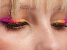 Gli occhi fluo sono molto di moda, richiamano i mitici anni '80 ma richiedono certamente una certa personalità. Se non vi piacciono i colori troppo vivace puntate sul verde bosco o sul turchese oppure se avete gli occhi scuri anche su un bellizzimo rosa shock.