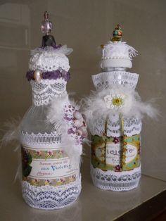 Botellas decoradas. Adornos de baño. Encajes variados, canutillo, mostacilla, perla, y piedras semipreciosas.