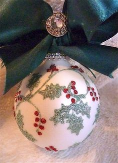 By Solange Maria Soccol Painted Christmas Ornaments, Hand Painted Ornaments, Noel Christmas, Diy Christmas Ornaments, Handmade Christmas, Green Christmas, Ball Ornaments, Christmas Projects, Holiday Crafts
