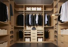 Discover the creative walk in closet design and decor inspiration with a variety of storage and closet ideas, including layout and organization option Walk In Closet Small, Walk In Closet Design, Wardrobe Design Bedroom, Walk In Wardrobe, Closet Designs, Capsule Wardrobe, Walking Closet, Modern Master Bedroom, Master Bedroom Closet