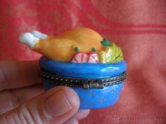 Cajita pastillero en semi-porcelana o cerámica con divertida forma de pollo asado coleccionístas