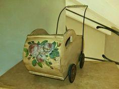 carrozzina in legno e metallo decorata a decoupage