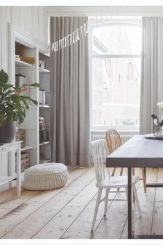 Overgordijnen zijn gordijnen die van een dichte stof zijn gemaakt. Dit kan een geweven stof zijn of juist een zachte stof die soepel valt. Hoe soepel je overgordijn valt heeft ook te maken met de plooi die je kiest. Afhankelijk van jouw woonstijl kies je voor een rijke gordijnstof met prachtige glans of juist voor een stof gemaakt van garen met een matte look. Garden Styles, Dining Area, Exterior Design, Tiny House, Beach House, Sweet Home, New Homes, Home And Garden, Living Room