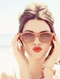 Ray bans and a red lip... YES!