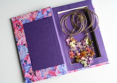 Diy back to school : DIY: Book Safe. Hid all your locker candy! They'll never steal it now :)))))))))))) Book Crafts, Crafts To Do, Mod Podge Glitter, Diy Back To School, Middle School, Book Clutch, Book Safe, Beach Cottage Decor, Altered Books