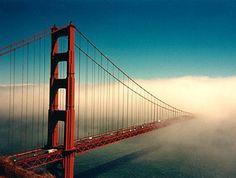 3.Golden Gate - 13.000.000 de visitantes al año.Por una parte. El Golden Gate, es un estrecho situado a la entrada de la Bahía de San Francisco, a la que separa del Océano Pacífico. Sobre estas aguas esta el famoso puente del Golden Gate que con un ancho de 28 metros y 2,7 kilómetros de longitud, cruza desde 1937 el estrecho para unir, San Francisco con el Condado de Marin.
