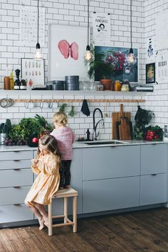 Granit hos Green Kitchen Stories, brassandgold.com I like the big cabinets, hardware and color of cabinets