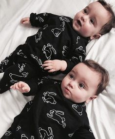 Best Videos Of Funny Twin Babies Compilation - Twins Baby Video Cute Baby Boy Photos, Cute Baby Twins, Twin Baby Boys, Cute Baby Videos, Cute Little Baby, Baby Love, Baby Kids, Chubby Babies, Asian Babies