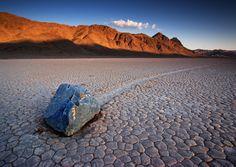 アメリカで最も暑く乾いた死の谷の平原には、軌跡を描いて移動する岩石があります。重いものは数百kg。NASAをはじめ、研究者たちがいろいろ仮説を立てていますが、まだ実際に岩が動くところを見た人はいないそうです。