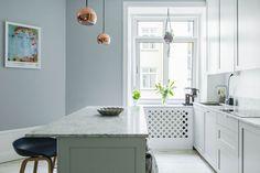 Grijsblauw is een van mijn favoriete kleuren. Het maakt me rustig, het oogt elegant en combineert mooi met roze. Dit interieur is dan ook een feestje.