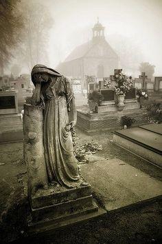 Cemetery statue in fog Cemetery Angels, Cemetery Statues, Cemetery Headstones, Old Cemeteries, Cemetery Art, Angel Statues, Graveyards, Cemetery Monuments, Steinmetz