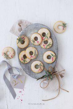 Vanille-Plätzchen mit gezuckerten Rosmarin und Zuckerstangen