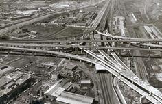 Un peu d'histoire  /  L'échangeur Turcot a été ouvert à la circulation le mardi 25 avril 1967. Amorcés au printemps 1965, les travaux ont pris fin juste à temps pour servir de voie d'accès au site de l'Exposition universelle de Montréal de 1967.  /  Construit au coût de 24,5 millions de dollars, ce sont les gouvernements provincial et fédéral ainsi que la Ville de Montréal qui ont financé le projet en versant respectivement 12,5 millions, 10,5 millions et 1,5 million.