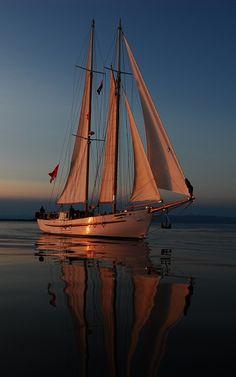 800x1280 Обои море, вечер, яхта, отблески заката, паруса, отдых, путешествие