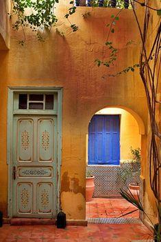 Porta, arcada e janela em Marrakech, região de Marrakech-Safim, Marrocos.