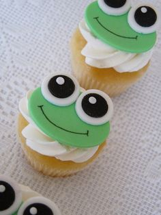 Frog Cupcakes - I want to make these just so I can play leap frog with them! Frog Cupcakes, Kid Cupcakes, Animal Cupcakes, Fondant Cupcake Toppers, Pretty Cupcakes, Yummy Cupcakes, Cupcake Cookies, Cupcakes With Fondant, Valentine Cupcakes