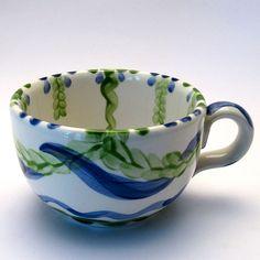 Tassen & Häferl der Familie VertBleu! Die Grün-Blaue Designfamilie von Unikat-Keramik. Das wohl einzigartigste Keramik Geschirr der Welt! Serving Bowls, Mugs, Tableware, Unique, Design, Blue Green, Tablewares, World, Dinnerware