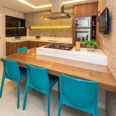 Decoração cozinha - Cooktop e bancada para refeições em ilha com direito a TV na cozinha ideal para receber os amigos! {Projeto de @depaulaenobrega}