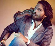 Der neue Gentleman trägt Maßanzug und Bart.  (Quelle: Rich & Royal)