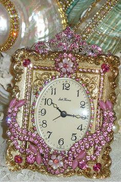 Vintage Clock put into a Rhinestone Jeweled Picture Frame Vintage Alarm Clocks, Old Clocks, Antique Clocks, Cuckoo Clocks, Vintage Jewelry Crafts, Old Jewelry, Jewelry Art, Shabby Chic Clock, Vintage Shabby Chic