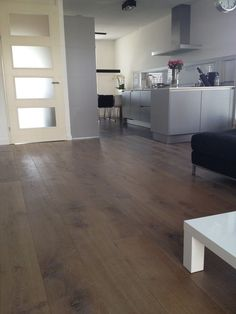 Laminaatvloer woonkamer/keuken #laminaat #bruin #eiken Wooden Flooring, Hardwood Floors, Bedroom Flooring, Home Decor Inspiration, Home And Living, Kitchen Design, New Homes, Home And Garden, House Design