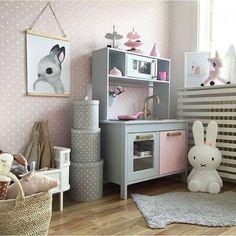 Amikor Hédi kicsi volt, mindig arról álmodoztam, hogy milyen szuper lenne egy Ikea Duktig konyha és mennyire örülne neki. Sajnos azonban a szobája túlságosan is picike ahhoz, hogy egy ekkora játék beférjen, így szomorú szívvel lemondtam erről. Ez azonban nem tántorított el…
