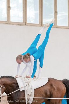 Trick Riding, Yoga Photos, Riding Lessons, Horse Pictures, Horse Photography, Vaulting, Horse Riding, Equestrian, Horses