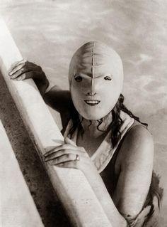 Máscara de natación de 1920 ligeramente aterradora, diseñada para proteger a las mujeres contra el sol.